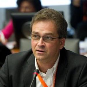 Erik R van Zuuren